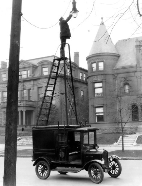 Changing street lamps 1910's style!